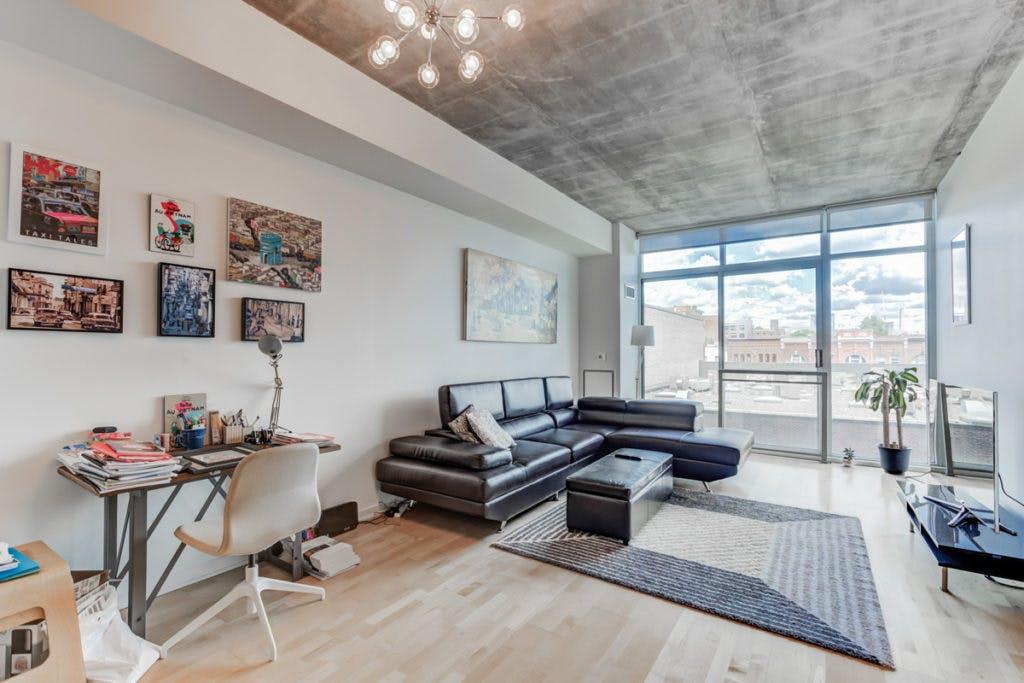 421-388 Richmond West living room